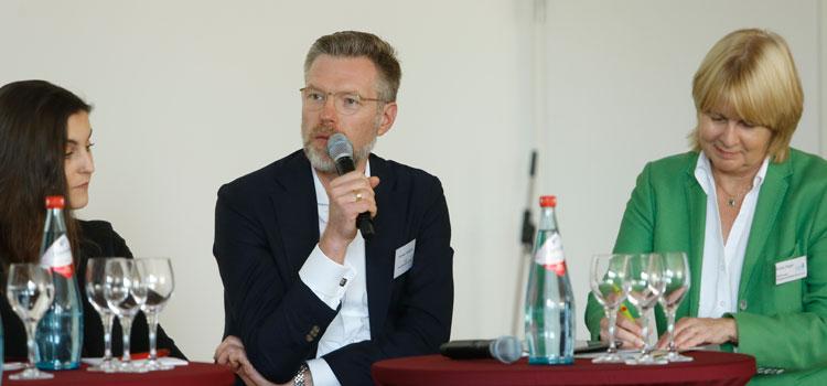 Prof. Andreas Hackethal, Krista Sager (r.) und Myrella Dorn (l.)