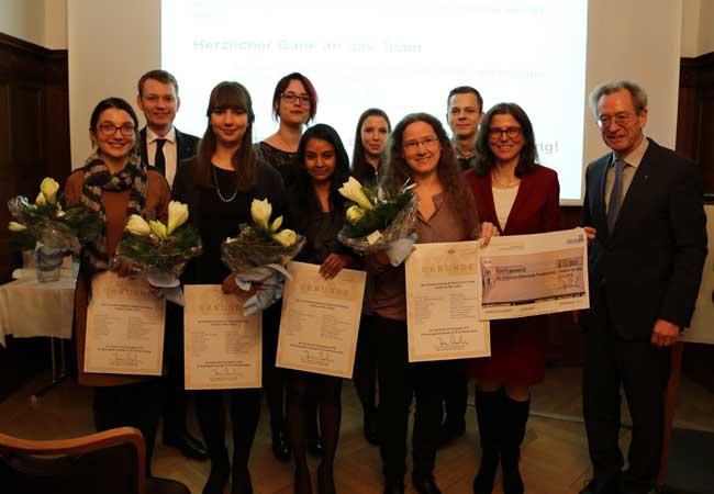 Ausgezeichnetes Team der Klinik für Psychiatrie, Psychosomatik und Psychotherapie des Kindes- und Jugendalters unter der Leitung von Prof. Christine M. Freitag (2. v. re.). Foto: Universitätsklinikum Frankfurt