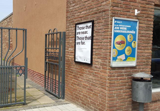 Abgrund im Alltag: Neben der Werbung für die Lotto-Sonderauslosungen weist das Plakat über dem Tor zur Synagoge mit dem siebenarmigen Leuchter den Weg zur Installation von Walid Ra'ad.