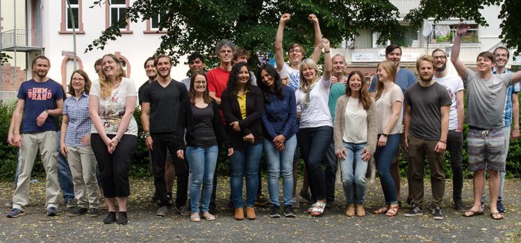 Die Gruppe »Molekulare Bioinformatik« von Prof. Ina Koch, mit Bachelor-, Master-, Promotions-Studierenden, Postdocs, technischen Kräften und Sekretärin.